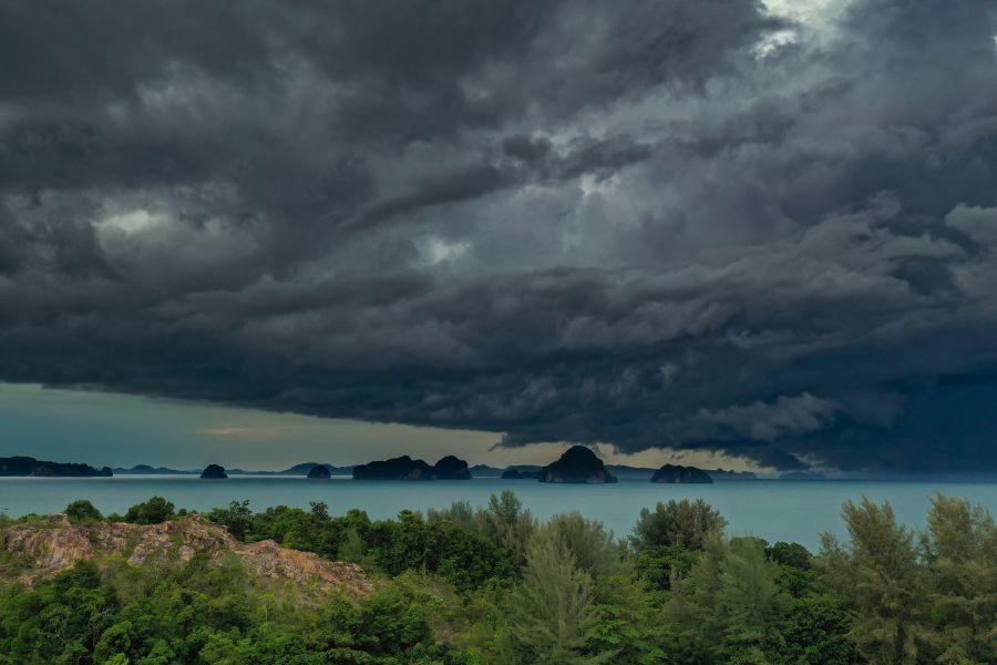 Thailand Krabi storm regen donkere wolken