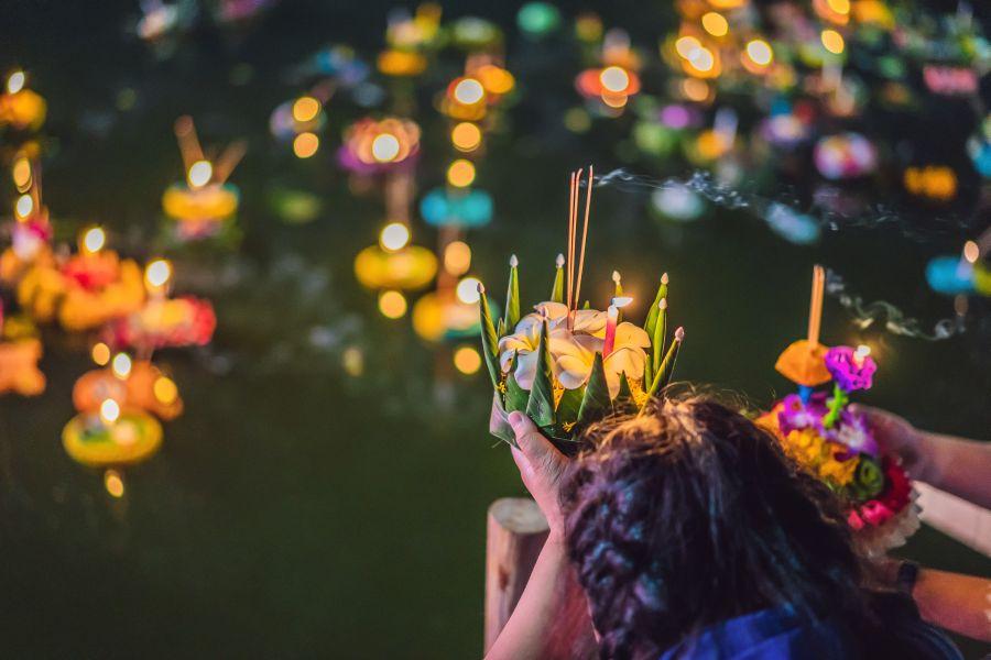 Thailand Loi Krathong licht op het water