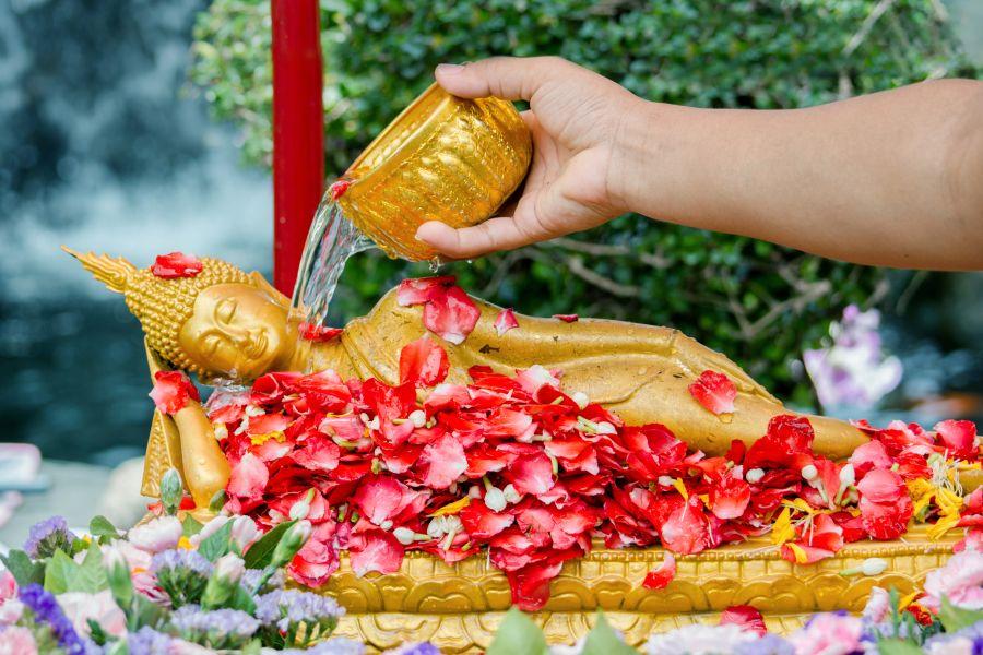 Thailand Songkran festival water over Boeddha