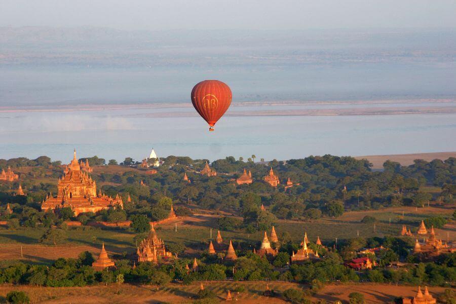 fi Myanmar Ballonvlucht over de tempels van Bagan