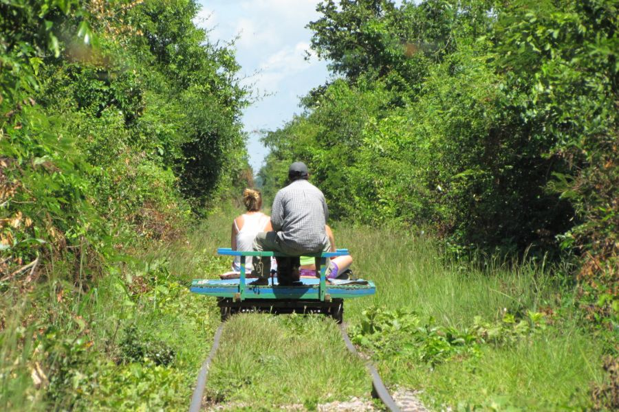 Cambodja Battambang Bamboo train with tourists on abandoned railways
