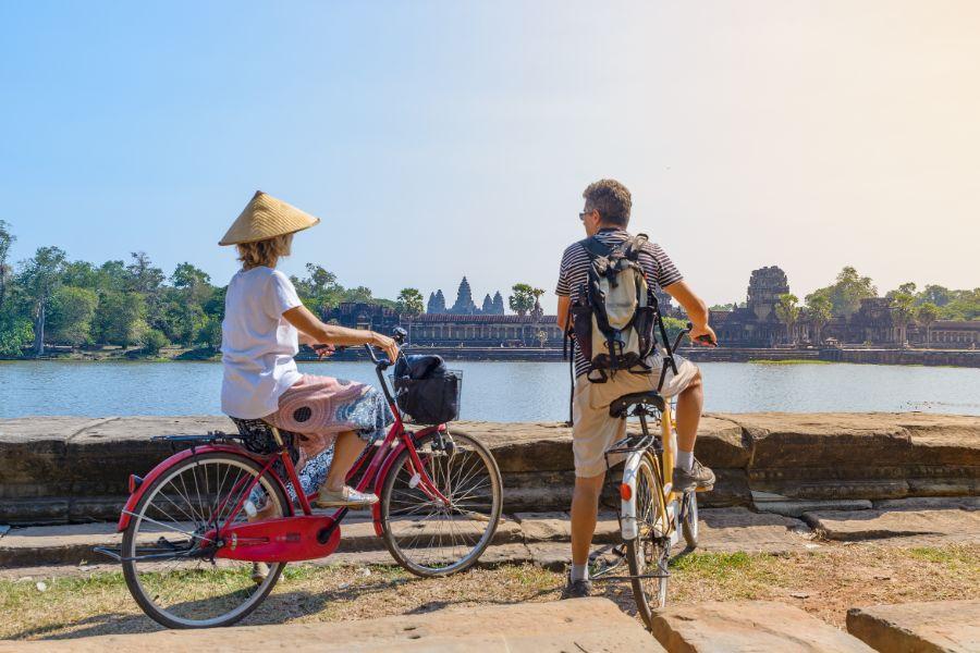Cambodja Siem Reap Angkor Wat tempels toeristen fietsen