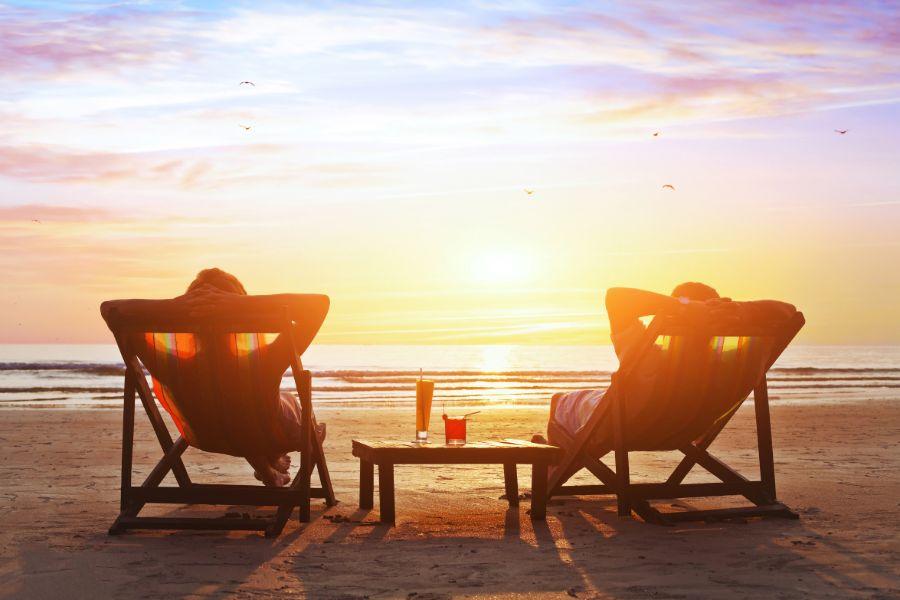 Honeymoon genieten van zonsondergang op het strand