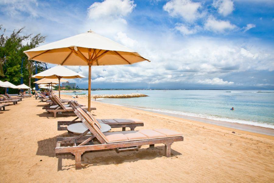 Indonesie Bali island Sanur prachtig strand met strandstoelen