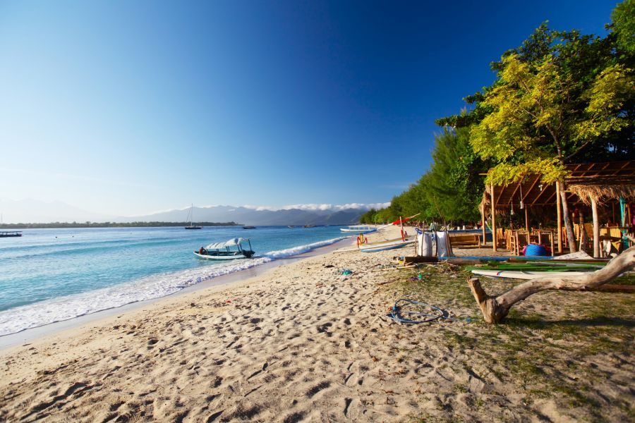 Indonesie Gili eiland Gili Trawangan Tropisch zandstrand met boten in de zee