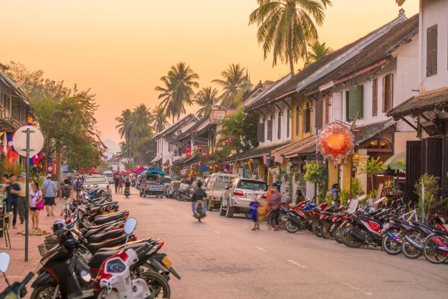 Laos Luang Prabang oude centrum bij zonsondergang