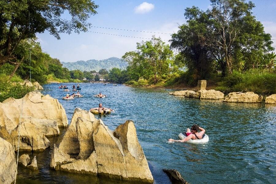 Laos Vang Vieng Tuben over de rivier