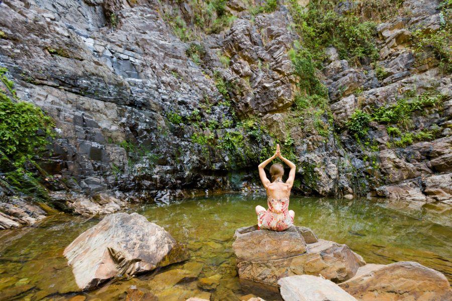 Maleisie Langkawi island Temurun waterfall practising yoga