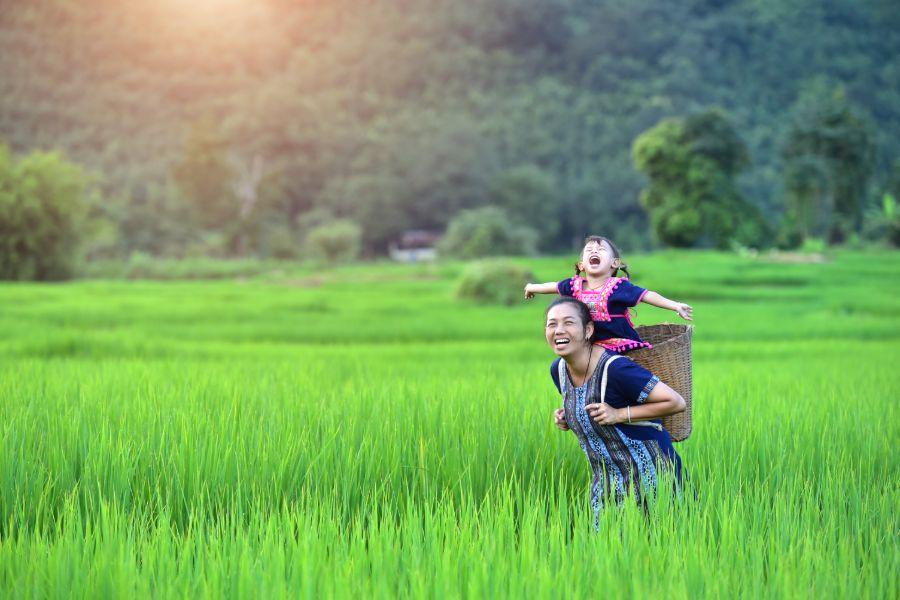 Noord Vietnam Giang Ta Chai dorp dichtbij Sapa stad Hmong vrouwen en lachende kinderen bevolking