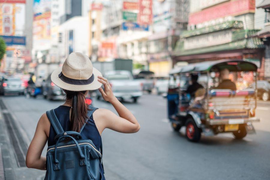 Thailand Bangkok Chinatown Jonge vrouw reizen backpacker met hoed