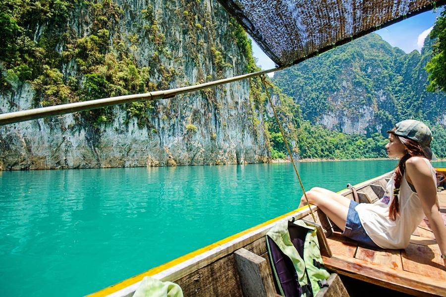Thailand Khao Sok Cheow Lan meer meisje met longtailboot