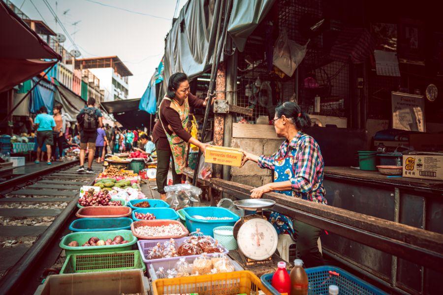 Thailand Maeklong markt trein Thaise specialiteiten