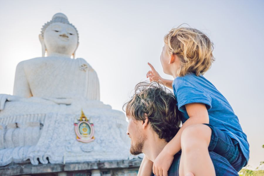 Thailand Phuket vader en zoon bij witte Boeddha