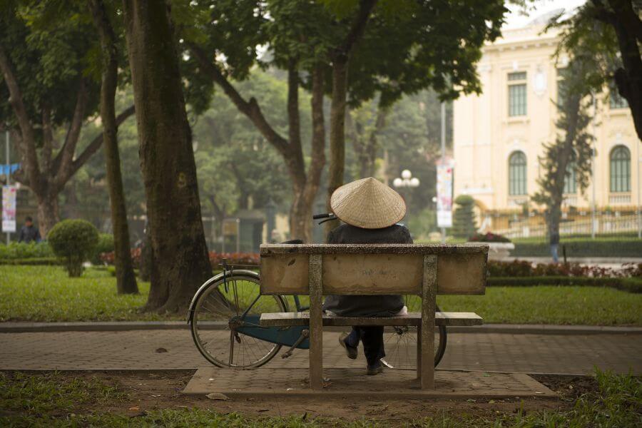 Vietnam Hanoi Man op bankje inwoner