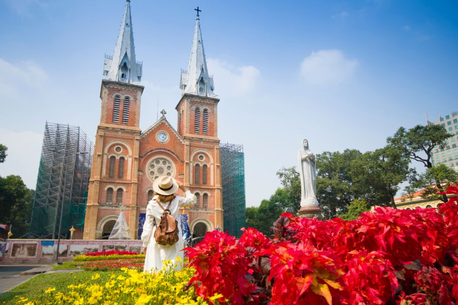 Vietnam Ho Chi Minhstad Notre Dame Cathedral of Saigon vrouwelijke toerist bezienswaardigheid