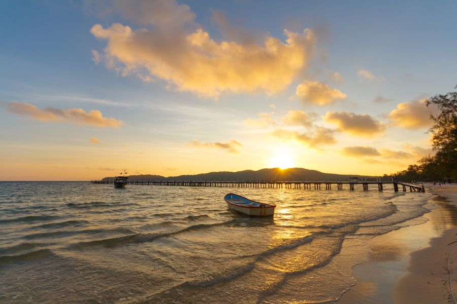 Cambodja Koh Rong Samloem eiland Saracen Bay strand en pier