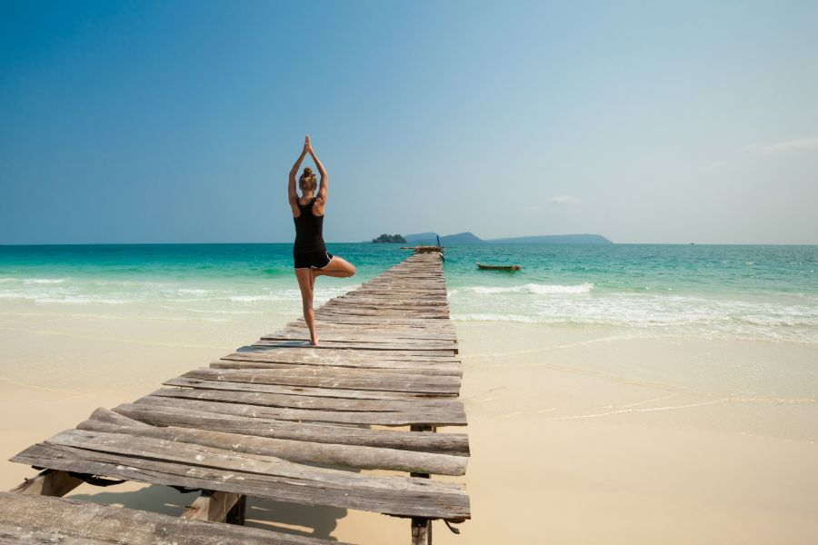 Cambodja Koh Rong eiland strand vrouw doet yoga