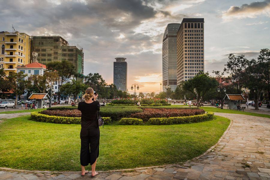 Cambodja Phnom Penh centrum vrouw maakt foto zonsondergang
