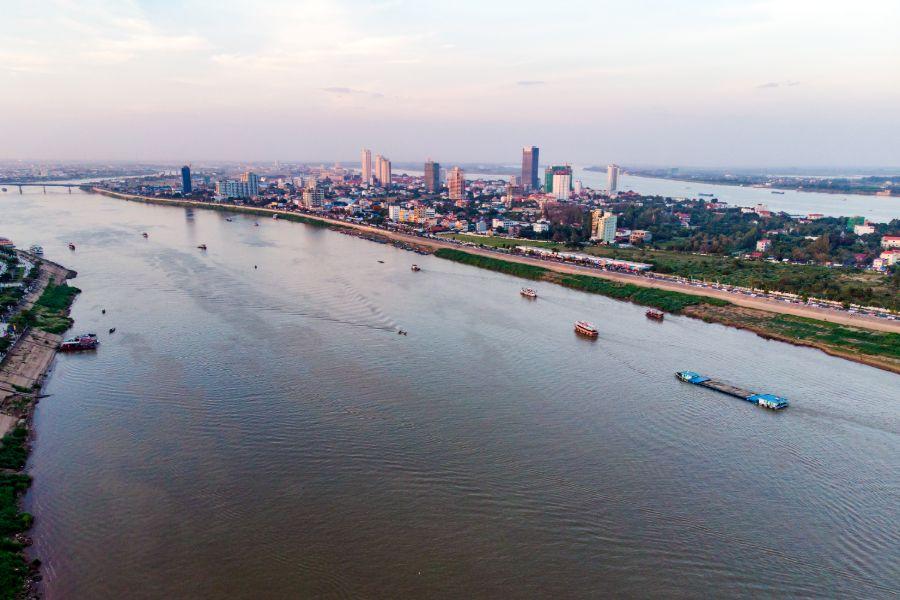 Cambodja Phnom Penh skyline en Tonle Sap Rivier uitzicht