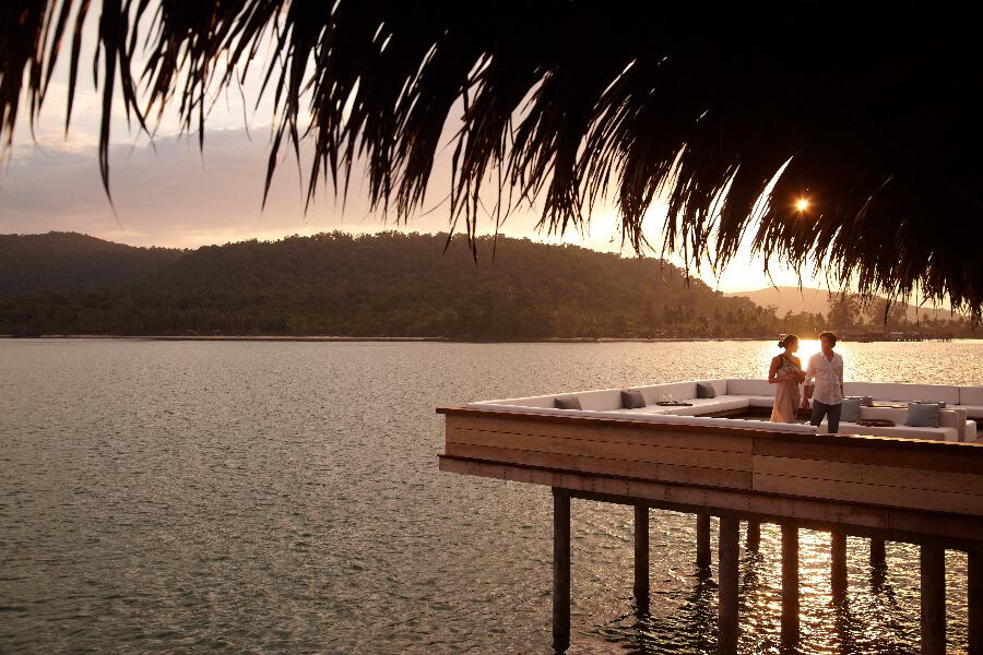 Cambodja Song Saa private island Vista bar restaurant outdoor at sunset tourists