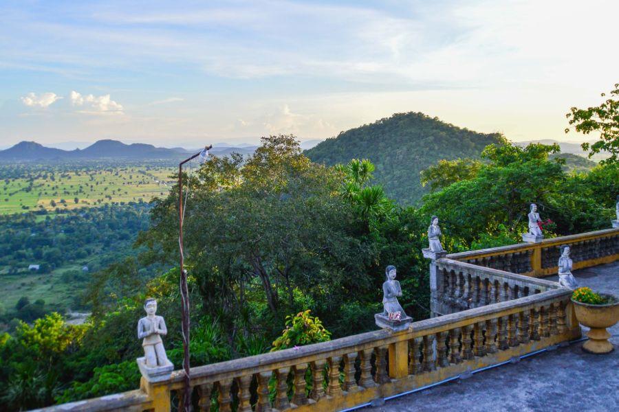 Camobdja Battambang Phnom Sampeau pagoda tempel kleine beelden