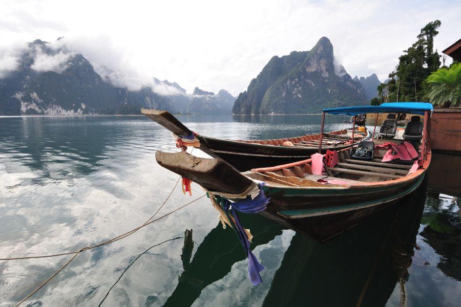 Khao Sok longtailboot uitzicht bergen thailand
