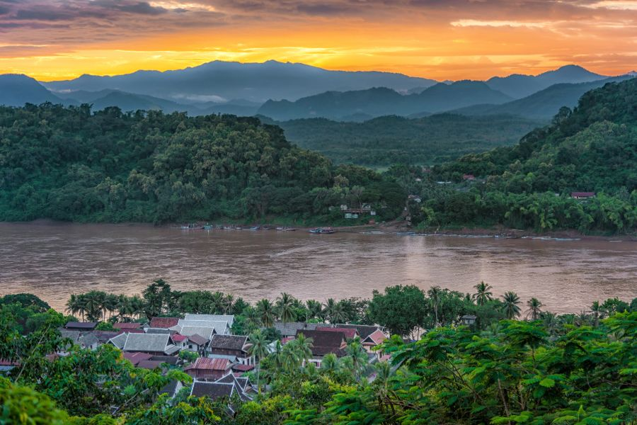 Laos Luang Prabang Houay Xay Mekong Rivier bergen zonsondergang huizen natuur