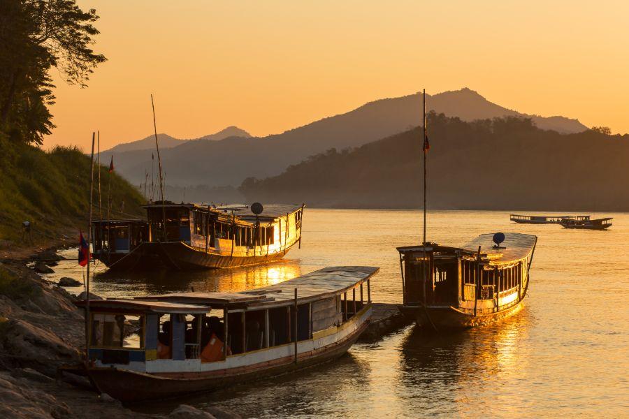 Laos Luang Prabang Shompoo Cruise Houay Xay Mekong rivier zonsondergang drie boten