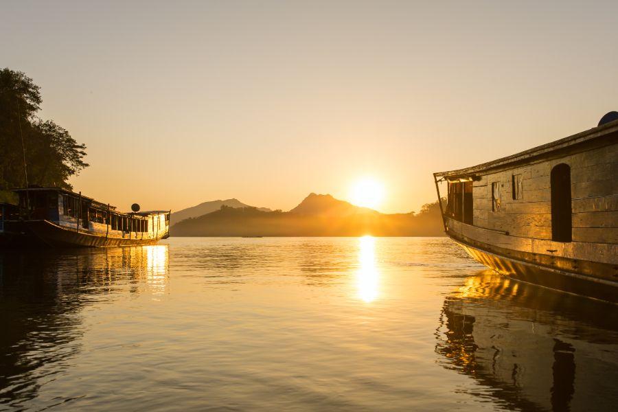 Laos Luang Prabang Shompoo Cruise Houay Xay Mekong rivier zonsondergang twee boten