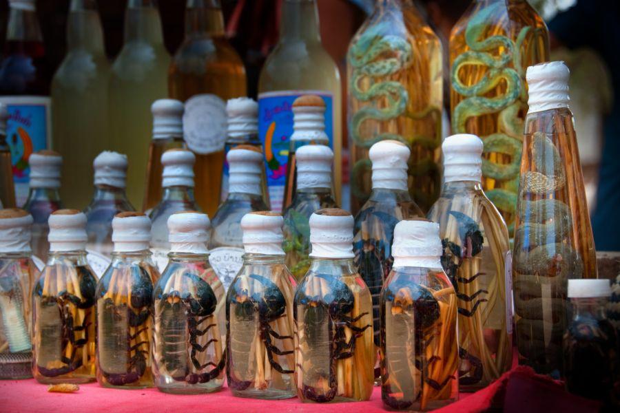 Laos souvenir schorpioen of slangen whiskey traditioneel medicijn
