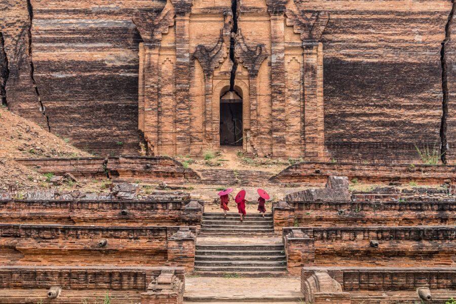 Myanmar Mingun pagode met monikken