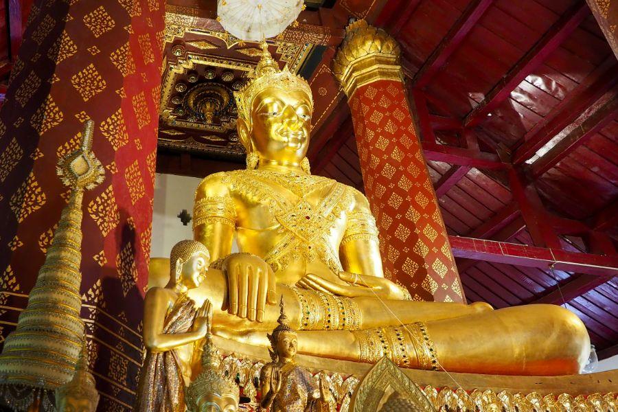 Thailand Ayutthaya Wat Na Phra Men boeddha beeld in tempel