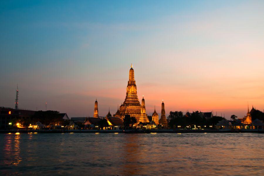 Thailand Bangkok Chao Phraya Rivier Wat Arun tempel avond by night