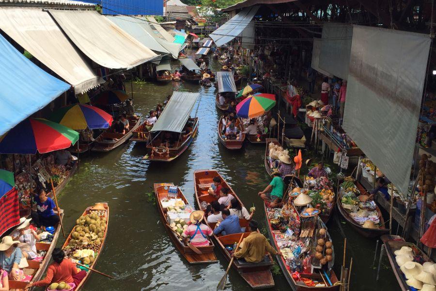 Thailand Bangkok Damnuern Saduak drijvende markt longtail boot locals en toeristen