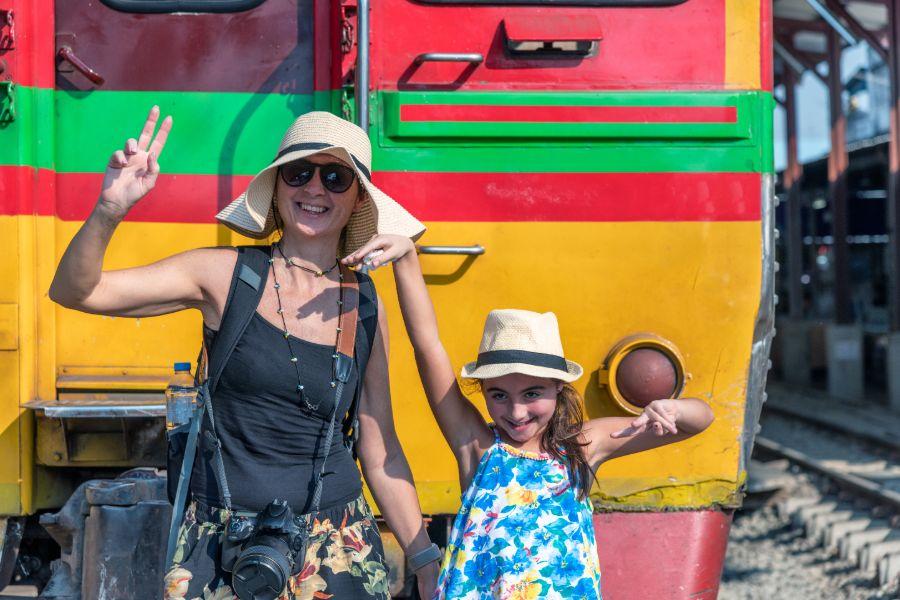Thailand Bangkok Vrouw en dochter voor trein