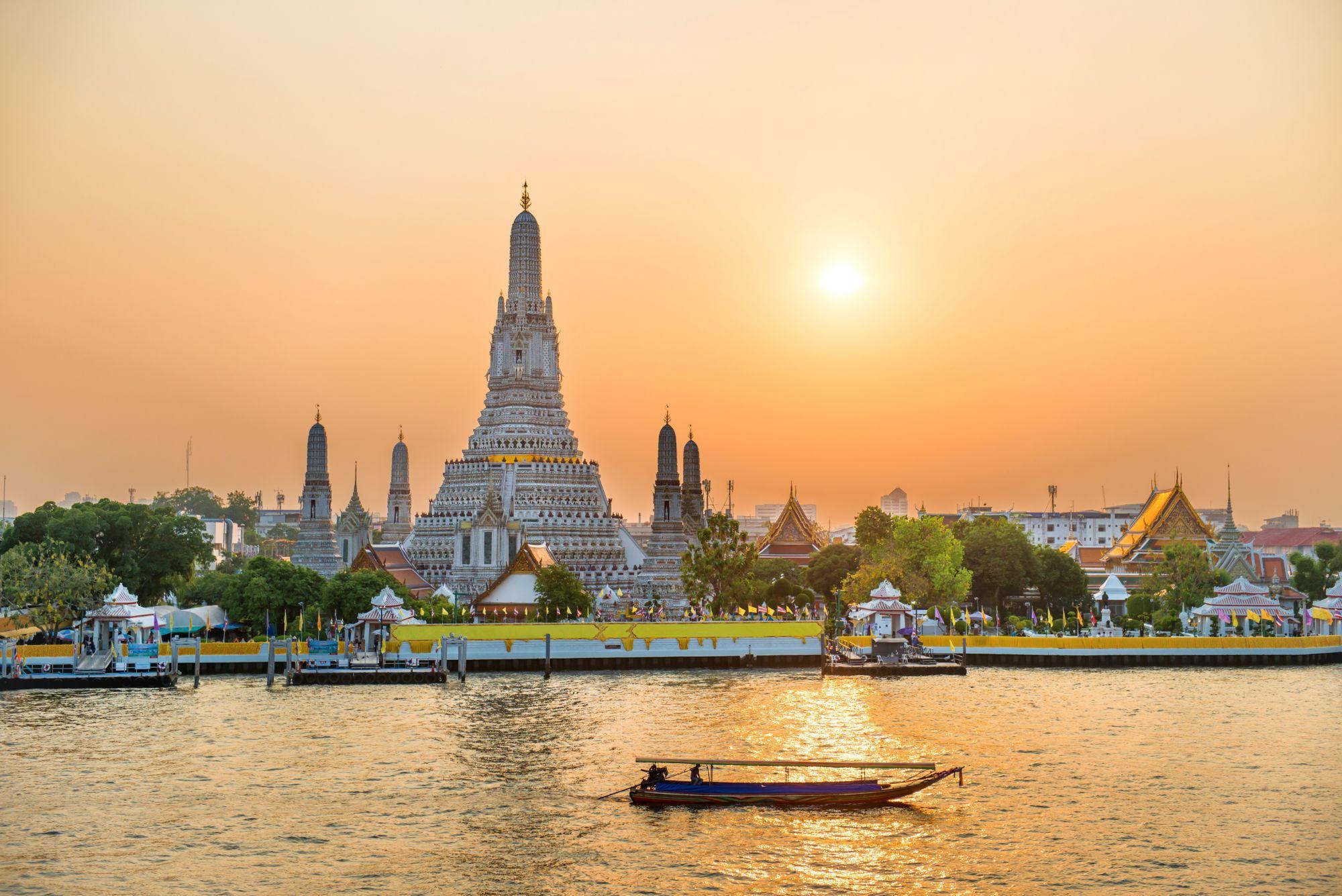 Thailand Bangkok Wat Arun tempel Chao Phraya rivier zonsondergang