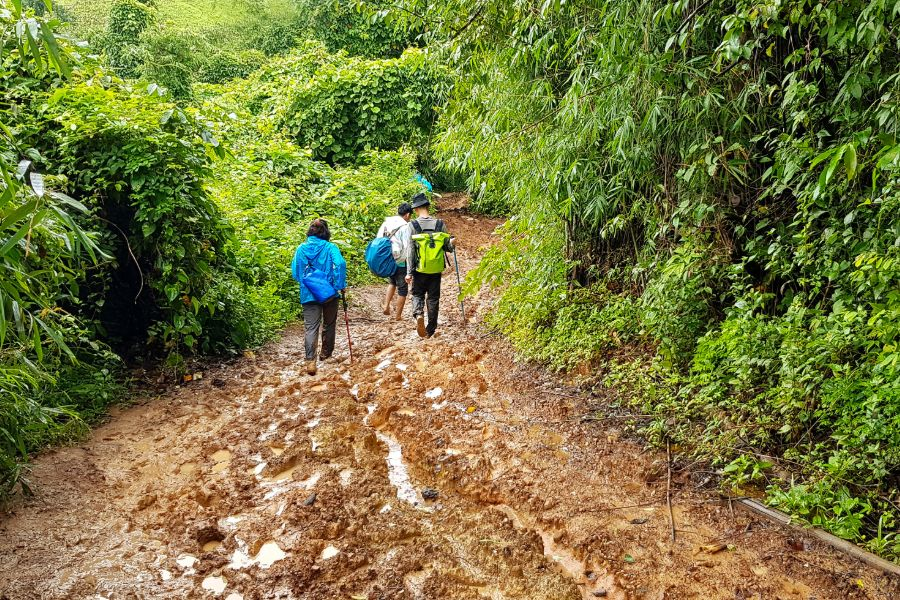 Thailand Chiang Mai jungle trekking toeristen wandelen met regenkleding