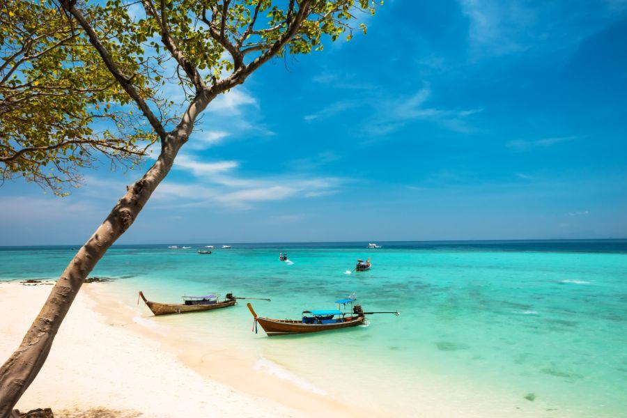 Thailand Koh Bamboo Island Phang Nga provincie Andaman Sea bay and longtail boat tropisch strand en eiland