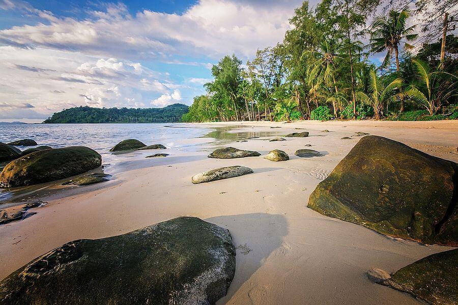 Thailand Koh Kood Strand rotsen en palmbomen