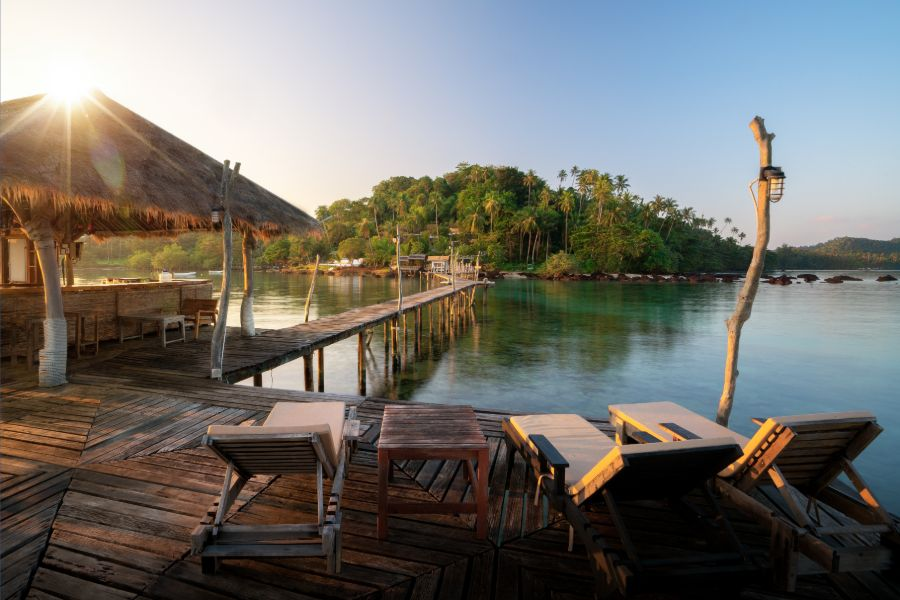 Thailand Koh Mak island haven houten brug zonsondergang