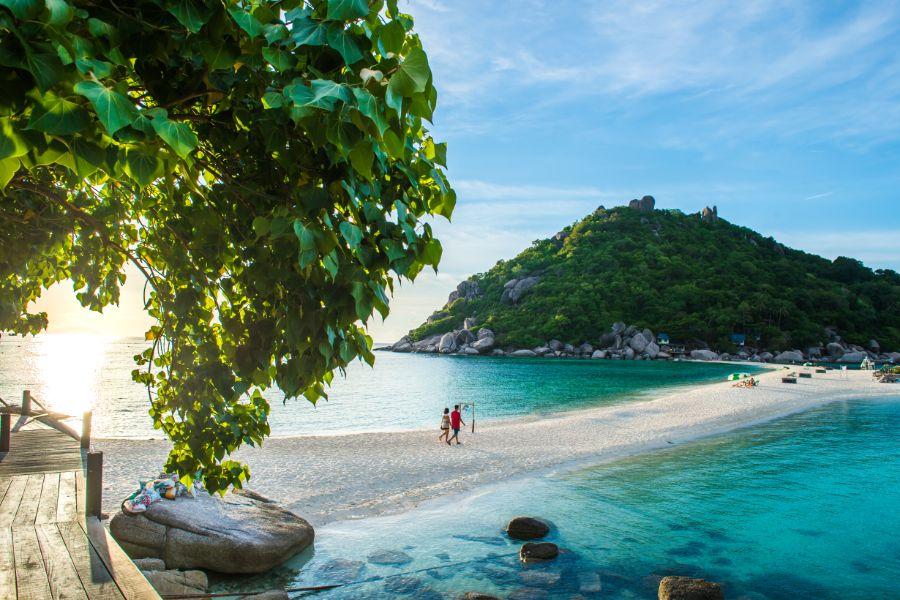 Thailand Koh Nang eiland Yuan island eiland strand zonsondergang koppel loopt hand in hand