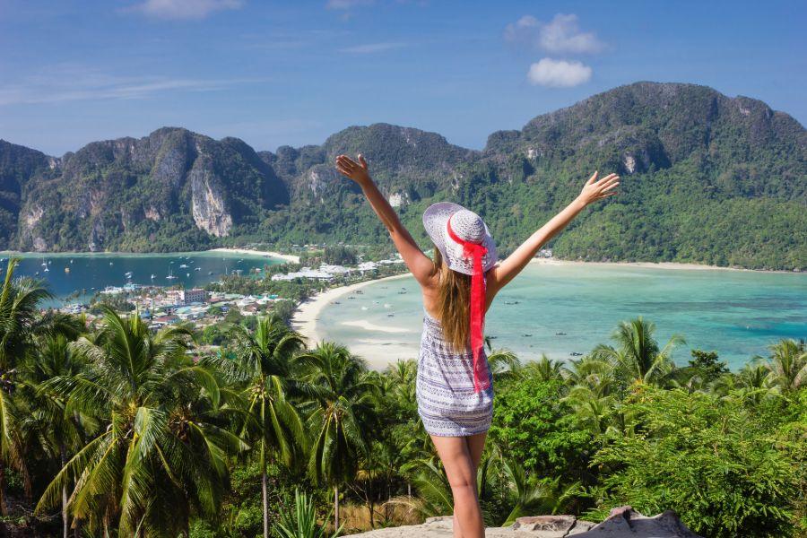 Thailand Koh Phi Phi Islands Phi Phi Don baai meisje in jurk op de voorgrond eiland