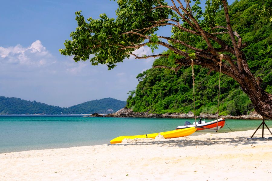 Thailand Koh Samet strand eiland palmbomen bananenboot boot tropisch