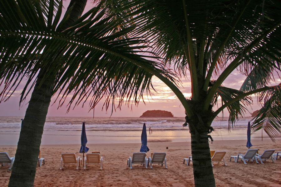 Thailand Koh Samet strand eiland zonsondergang ligbedden palmbomen uitzicht relaxen