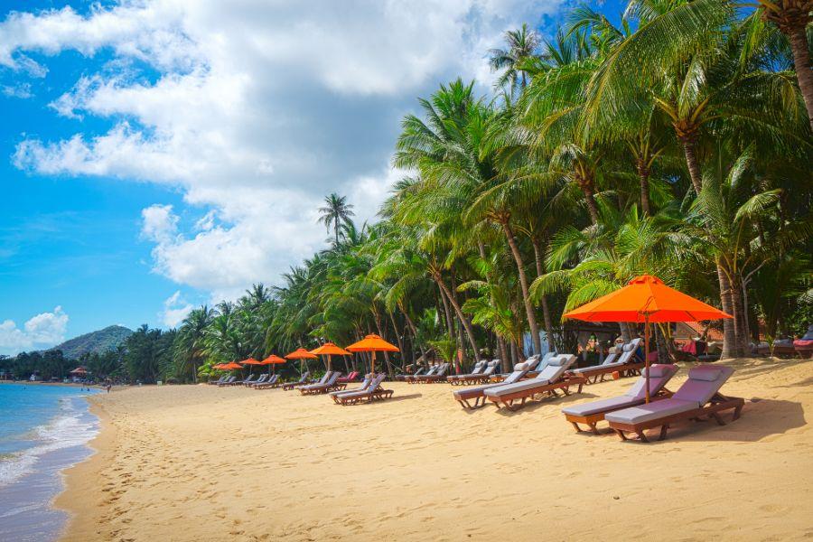 Thailand Koh Samui eiland tropisch strand resort ligbedden parasol