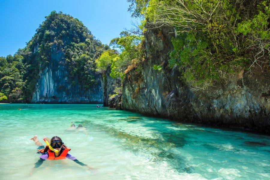 Thailand Krabi Andaman Sea Koh Hong islands onbewoond eiland kind snorkelen rotsen onderwaterwereld vissen
