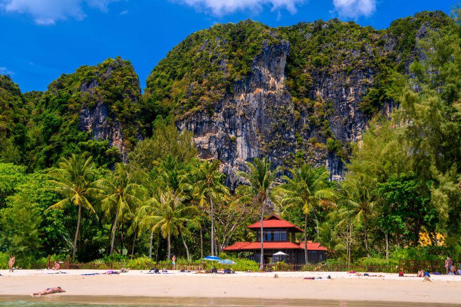 Thailand Krabi strand rotsen palmbomen mensen
