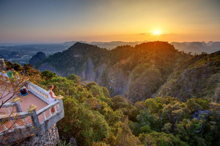Thailand Krabi uitzicht vanaf Tiger Cave tempel grot zonsondergang