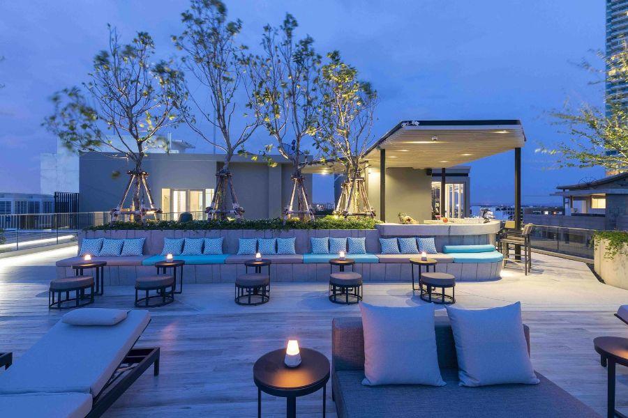 Thailand Pattaya Jomtien Hotel Poolbar dakterras ligbedden uitzicht