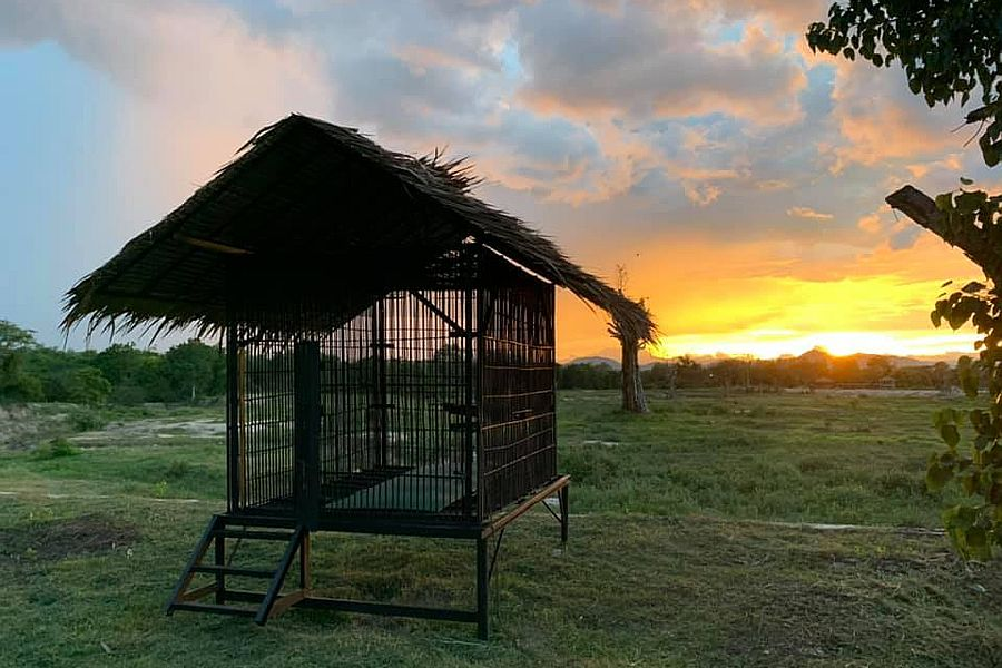 Thailand Phetchaburi Wildlife Friends Foundation Thailand kooi met zonsondergang